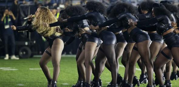Beyoncé-dancers-halftime-show-Super-Bowl-50-020716-by-AP