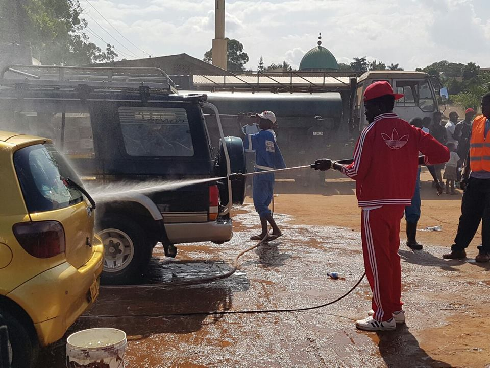 Bobi Wine participated in the car wash
