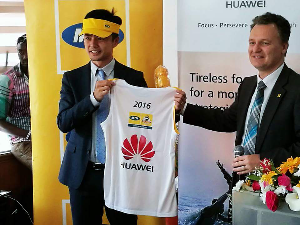 stanley-chyn-huawei-managing-director-l-receiving-a-marathon-kit-from-mtn-chief-executive-officer-mr-wim-vanhelleputte